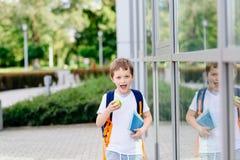 Lyckliga små 7 år gammal pojke på hans första dag på skolan Royaltyfria Bilder