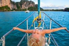 Lyckliga små behandla som ett barn flickan ombord av seglingyachten royaltyfria bilder