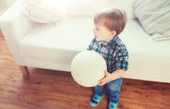 Lyckliga små behandla som ett barn pojken med den hemmastadda bollen Fotografering för Bildbyråer