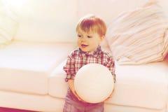 Lyckliga små behandla som ett barn pojken med den hemmastadda bollen Arkivfoto