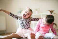 Lyckliga små flickor hemma Arkivbild