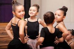 Lyckliga små flickor i balettgrupp Royaltyfri Bild