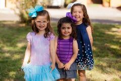 Lyckliga små systrar på en parkera Fotografering för Bildbyråer