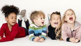 Lyckliga små ungar som har gyckel tillsammans Royaltyfria Foton