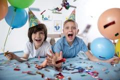 Lyckliga små vänner på födelsedagpartiet royaltyfria bilder