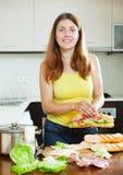 Lyckliga smörgåsar för kvinnamatlagningspanjor Royaltyfri Fotografi