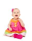 Lyckliga små behandla som ett barn flickan i ljus mångfärgad festlig klänningisolator Royaltyfri Bild