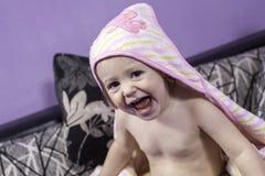 Lyckliga små behandla som ett barn flickan och hennes stora leende Royaltyfria Foton