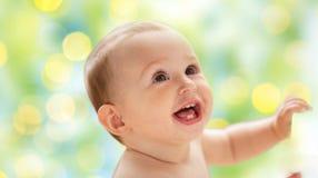 Lyckliga små behandla som ett barn pojken eller flickan som ser upp Arkivbilder
