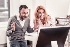 Lyckliga smarta kollegor som avslutar deras affärsforskning arkivfoton