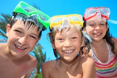 lyckliga snorkels för barn arkivbild