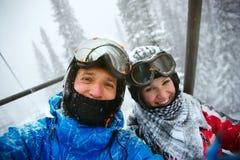 lyckliga snowboarders Arkivfoto