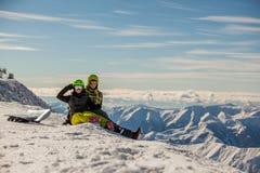 lyckliga snowboarders för par Royaltyfri Foto