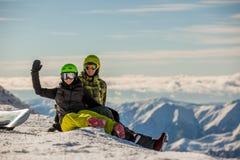 lyckliga snowboarders för par Arkivfoton