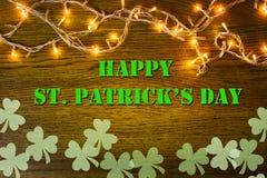 Lyckliga St Patrick & x27; s-daganmärkning med ljusa kulor Royaltyfria Foton