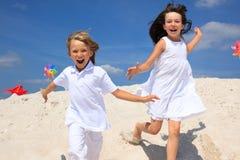 lyckliga strandbarn Arkivfoton