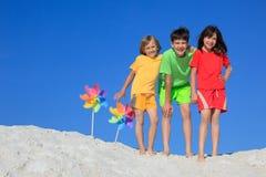 lyckliga strandbarn Arkivbild