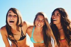 lyckliga strandflickor Royaltyfri Bild