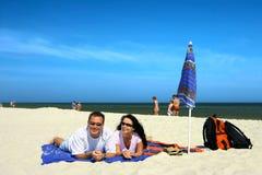 lyckliga strandpar Arkivbild