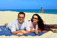 lyckliga strandpar Fotografering för Bildbyråer