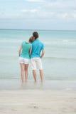 lyckliga strandpar Arkivfoto