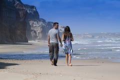 lyckliga strandpar royaltyfri foto