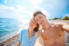lyckliga strandpar Arkivbilder