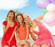 lyckliga strandvänner arkivbilder