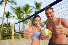 Lyckliga strandvolleybollspelare tummar upp royaltyfri fotografi