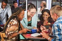 Lyckliga studenter i kafé Arkivfoto
