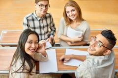 Lyckliga studenter som poserar i grupp royaltyfri bild