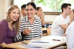 Lyckliga studentvänner royaltyfri bild
