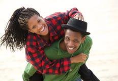 Lyckliga svarta par som utomhus ler Arkivfoton