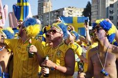 Lyckliga Sverige fans som rotar för deras lag Arkivbilder