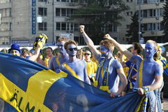 Lyckliga Sverige fans som rotar för deras lag Royaltyfri Fotografi