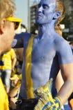 Lyckliga Sverige fans som rotar för deras lag Royaltyfri Foto