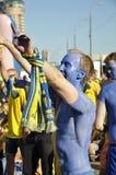 Lyckliga Sverige fans som rotar för deras lag Fotografering för Bildbyråer