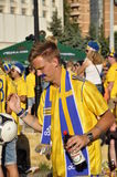 Lyckliga Sverige fans som rotar för deras lag Royaltyfria Foton