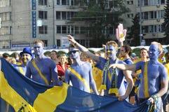 Lyckliga Sverige fans som rotar för deras lag Arkivfoto