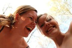 lyckliga systrar Arkivbild