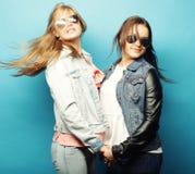 lyckliga systrar Royaltyfri Foto