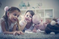 lyckliga systrar för broder Behandla som ett barn pojken med hans systrar Arkivfoton