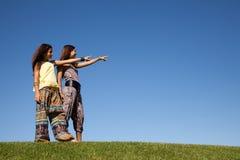 lyckliga systrar för fält Royaltyfri Bild