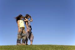 lyckliga systrar för fält Arkivfoto