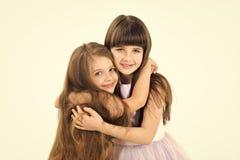 lyckliga systrar liten flickamodell Fotografering för Bildbyråer