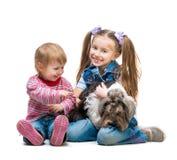 Lyckliga systrar med hunden Royaltyfria Foton