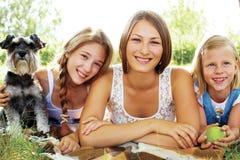 Lyckliga systrar som vilar sommar i parkera Arkivbilder