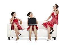 lyckliga systrar tre kopplar samman Arkivbild