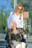 Lyckliga tålmodiga Heath Care Assistant och åldring fotografering för bildbyråer