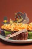 Lyckliga tacksägelsemuffin med kalkon, festmåltid, och vallfärdar hatttoppergarneringar - closeuplodlinje. arkivfoton